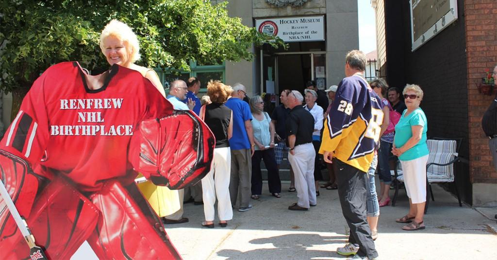 Cheryl-Gallant-visits-Hockey-Museum-in-Renfrew