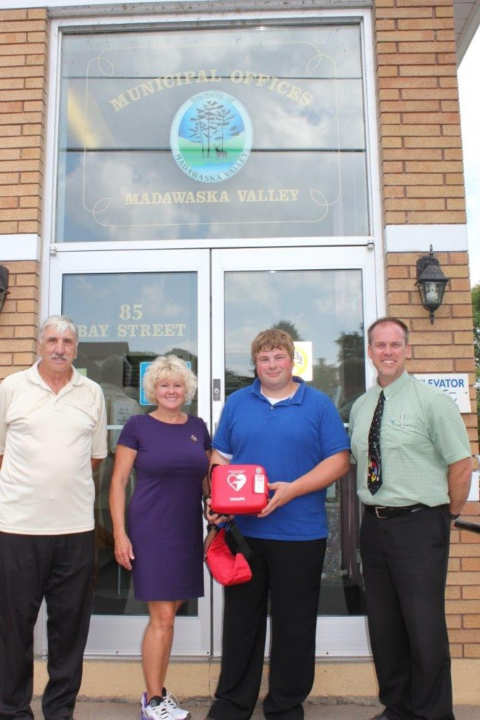 MP Gallant Delivers Defibrilator to Madawaska Valley Township