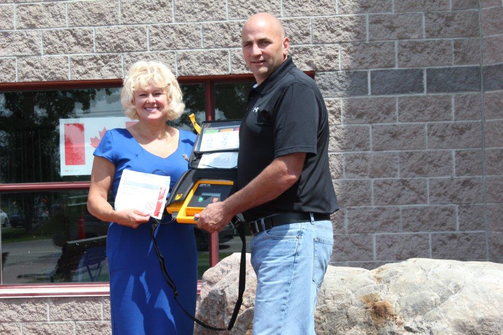 MP Gallant Delivers Defibrilator to Mateway Centre in Renfrew